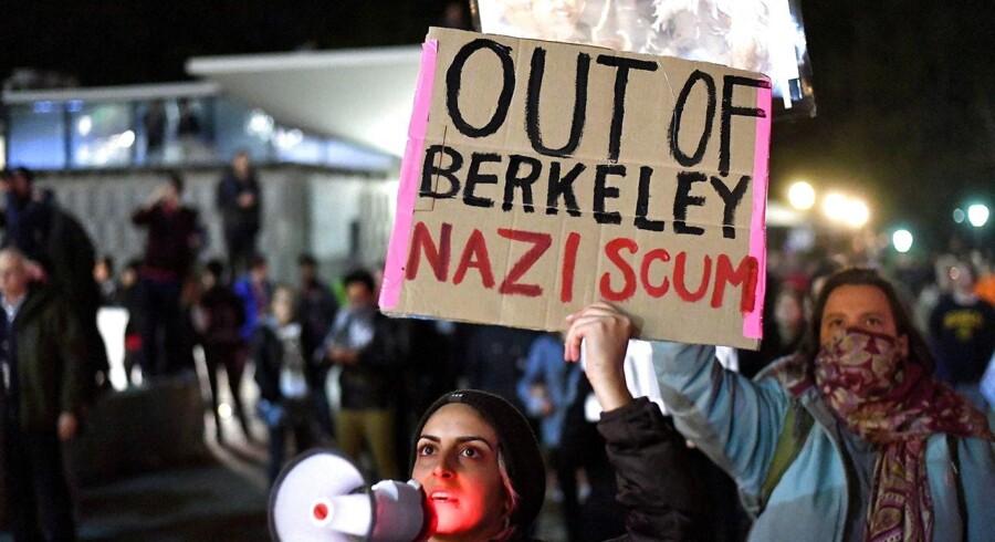 Protester mod Milo Yiannopoulos på B erkeley Universitet 2. februar.EPA/NOAH BERGER