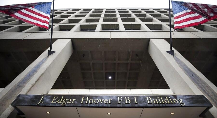 Det amerikanske forbundspoliti, FBI (her hovedkontoret i Washington), kan fortsat bare sende et brev og dermed forbyde tele- og internetudbydere at informere deres kunder om, at deres personlige oplysninger er blevet udleveret til myndighederne. Arkivfoto: Jim Lo Salzo, EPA/Scanpix