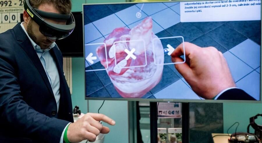 Kombinationen af det, som man faktisk ser, og et digitalt lag, som man kan bevæge sig rundt i og arbejde med ting i, kaldes for »augmented reality« eller den udvidede virkelighed. Så kan man f.eks. bevæge sig rundt om og ind i et hjerte og forberede sig på et kirurgisk indgreb. Arkivfoto: Andrzej Grygiel, EPA/Scanpix