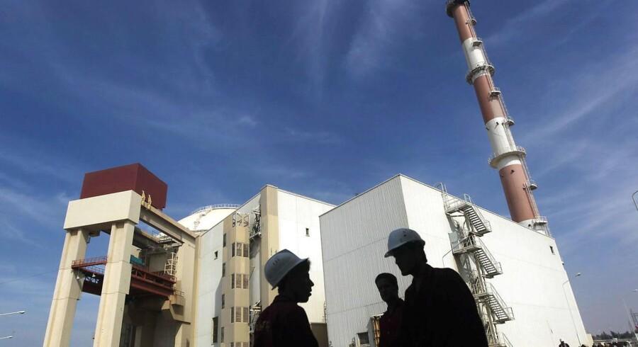 FILE PHOTO: Iranske arbejdere foran Bushehr atomkraftværket syd for Irans hovedstad Tehran.