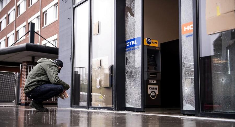 Skudhuller ved indgangen til det hostel på Tagensvej, hvor tre bandemedlemmer tirsdag aften blev ramt af skud. Den ene er afgået ved døden. Foto fra onsdag den 1. november 2017. (Foto: Sarah Christine Nørgaard/Scanpix 2017)