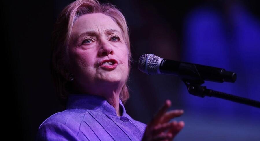Lige op til demokraternes konvent måtte Hilary Clinton forholde sig til, at Wikileaks lækkede belastende e-mails, som viste at kræfter i ledelsen hos demokraterne modarbejdede Bernie Sanders.