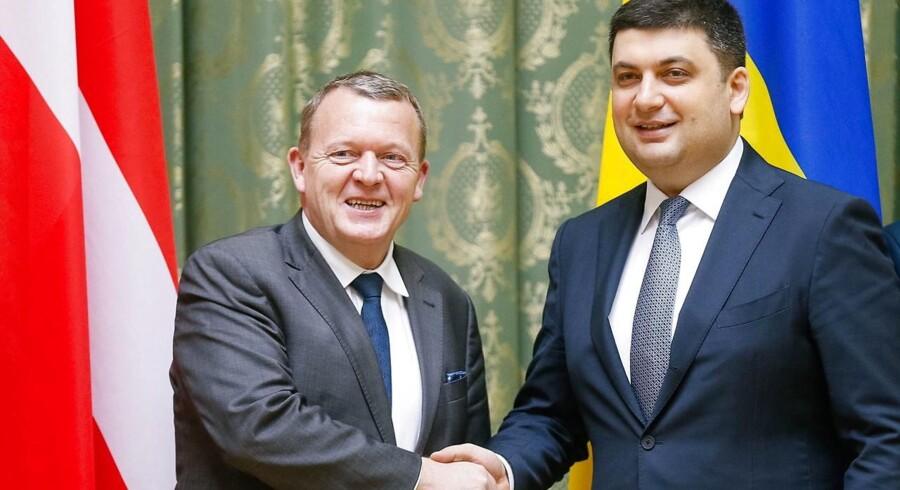 Statsminister Lars Løkke Rasmussen (V) får i morgen besøg af den ukrainske premierminister, Volodymyr Grojsman, som han tidligere har trykket hænder med i Kiev. Hjemme i Ukraine er Grojsman under pres fra kritikere, der beskylder ham for at sylte kampen mod korruption. Arkivfoto: Sergey Dolzhenko/EPA/Ritzau Scanpix