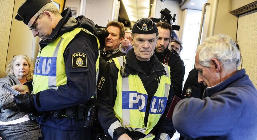 Den svenske regering har besluttet at udvide den midlertidige grænsekontrol ved Øresundsbroen til også at gælde en række havne og lufthavne andre steder i landet. Arkivfoto: Simon Læssøe/Scanpix