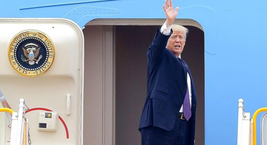 Præsident Donald Trump på vej ind i 'Air Force One' på sin asiatiske rundrejse.