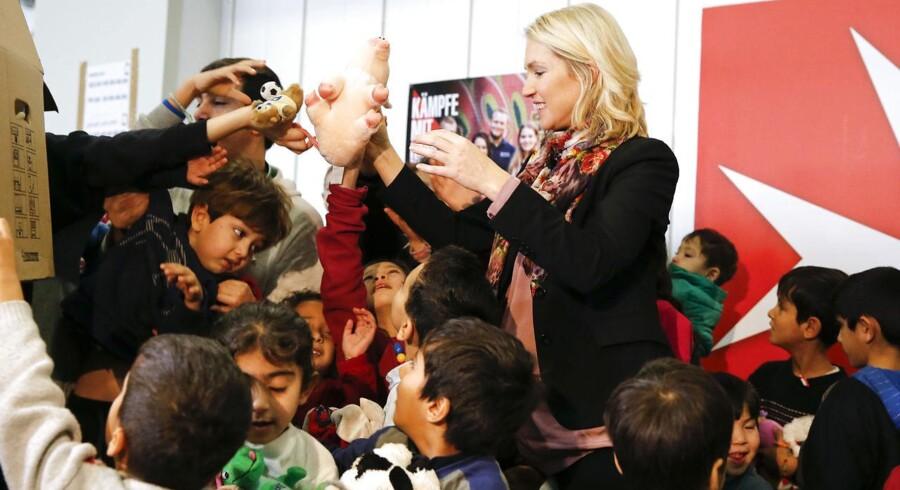 Tysklands familieminister Manuela Schwesig uddeler legetøj til børn på flygtningehjem i Berlin. Tal fra familieministeret viser en stigning i antallet af uledsagede flygtningebørn, hvilket medfører voksende udgifter i Tyskland.