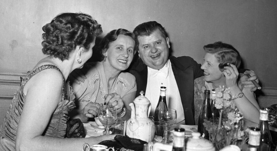 Dengang en lille én ikke blev blæst stort op. 1954 til hofbal på Christiansborg slot. Socialdemokraten Per Hækkerup og fru Grete (til højre) i festligt lag. Selv om Per Hækkerup var en stor ynder af de våde varer, blev han senere fejlagtigt taget til indtægt for, at have foræret nordmændene nordsøolien i beruset tilstand. Men sandt er det, at alkohol før i tiden var en naturlig del af politikeres arbejdsredskaber.