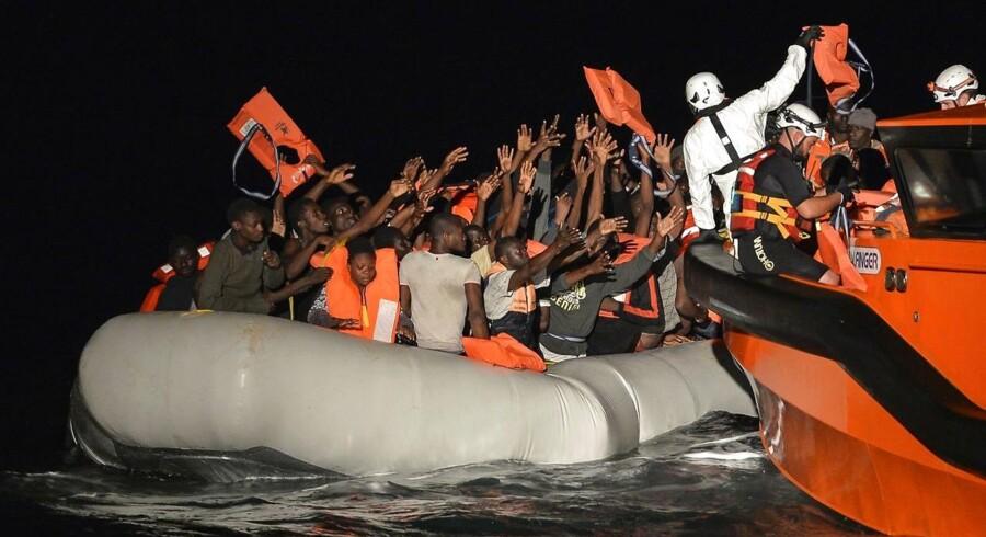 158 bådflygtninge fra Libyen får udleveret redningsveste under en redningsaktion udført af Maltesisk NGO og Røde Kors d. 4. november 2016 (Foto: ANDREAS SOLARO/Scanpix 2016)