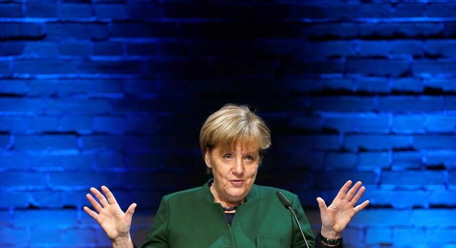 Den nye danske regering er blevet varm på en idé om en grundlæggende forandring af det europæiske asylsystem, så man i fremtiden kun skal kunne søge asyl, inden man når til Europas grænser, fx i Afrika. Den tyske indenrigsminister, Thomas de Maizière, er blandt fortalerne for idéen, men hvis idéen skal blive til virkelighed, skal Tysklands kansler, Angela Merkel, tager ejerskab for projektet. EPA/HANNIBAL HANSCHKE/POOL