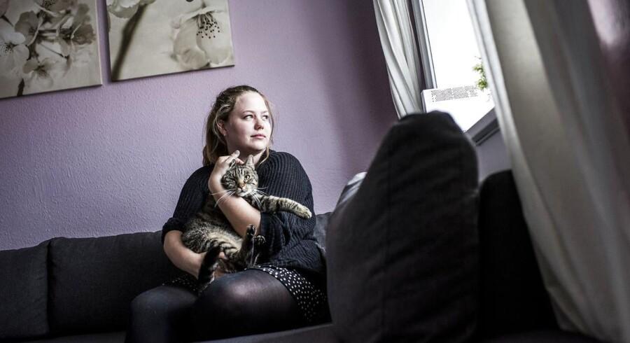 Lou voksede op i et alkoholiseret hjem. Her er hun med sin kat Momo.