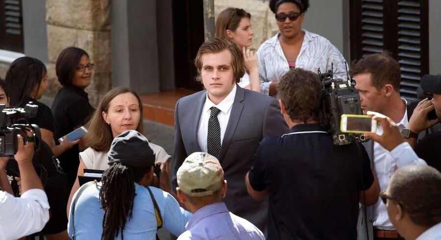 Billede fra marts måned, der viser den tiltalte Henri van Breda, der mødes med hans advokat Lorinda van Niekerk ude foran retten i Cape Town, hvor han er tiltalt for at dræbe sine forældre, sin bror og for at skade sin søster.