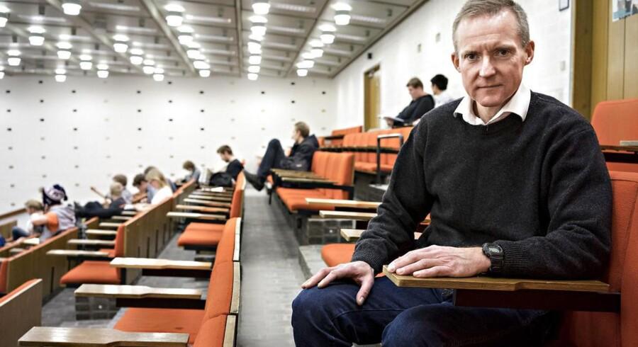 Lektor Steen Laugesen Hansen mener, at studerende i dag i flere tilfælde mangler de fornødne kvaliteter for at kunne læse på universitetet. Han har 25 års efaring som underviser.