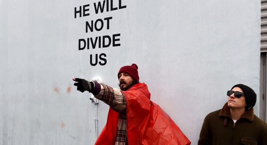 Den amerikanske 30-årige skuespiller Shia LeBeouf ved åbningen af kunstprojektet »He Will Not Devide US«. Museet bag udstillingen har nu lukket for udstillingen grundet trusler om vold.