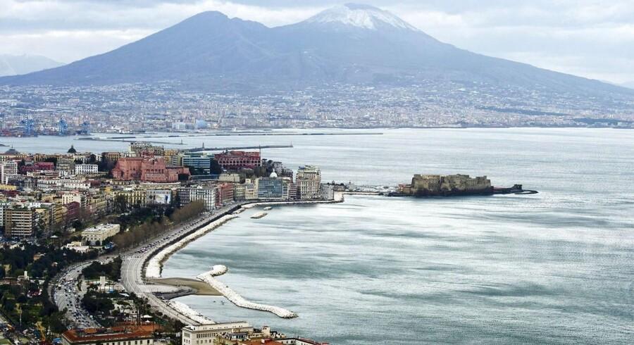 Næsten alle kender vulkanen Vesuv, der knejser lige øst for Napoli i Syditalien. Men umiddelbart vest for millionbyen og dermed tæt på stedet, hvor dette billede er taget, ligger den potentielt endnu farligere kæmpevulkan Campi Flegrei, der i øjeblikket viser klare tegn på forhøjet aktivitet.