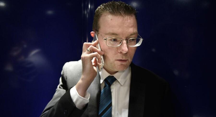 »Hvis en journalist ringer til mig, skal jeg være der med det samme. Journalisten skal ikke vente i flere timer eller dage på at få et svar. Så jeg har bestræbt mig på at være tilgængelig så meget som overhovedet muligt,« siger Dansk Folkepartis EU-ordfører, Kenneth Kristensen Berth, der i 17 år har kæmpet for at komme i Folketinget. Nu er han her, og han har tænkt sig at gøre væsen af sig.
