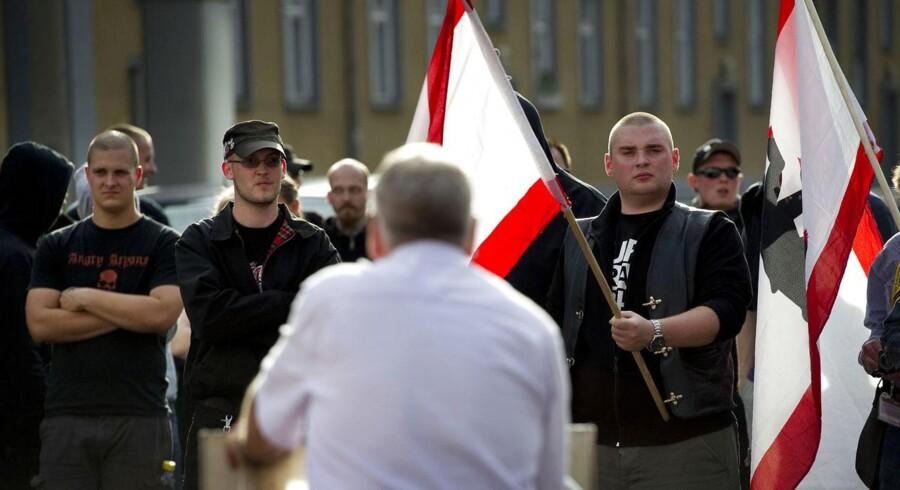 Den ekstreme tyske højrefløj samles om Udo Voigt (i hvid skjorte), der blandt andet har gjort sig bemærket med valgplakaten »Giv den gas«. Foto: Odd Andersen