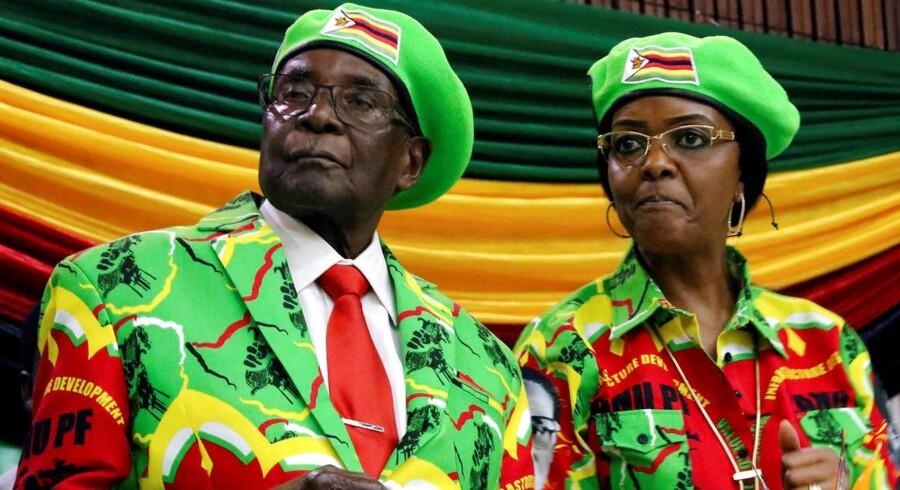 Robert Mugabe - her sammen med sin kone Grace - opfordres til at trække sig som Zimbabwes præsident.