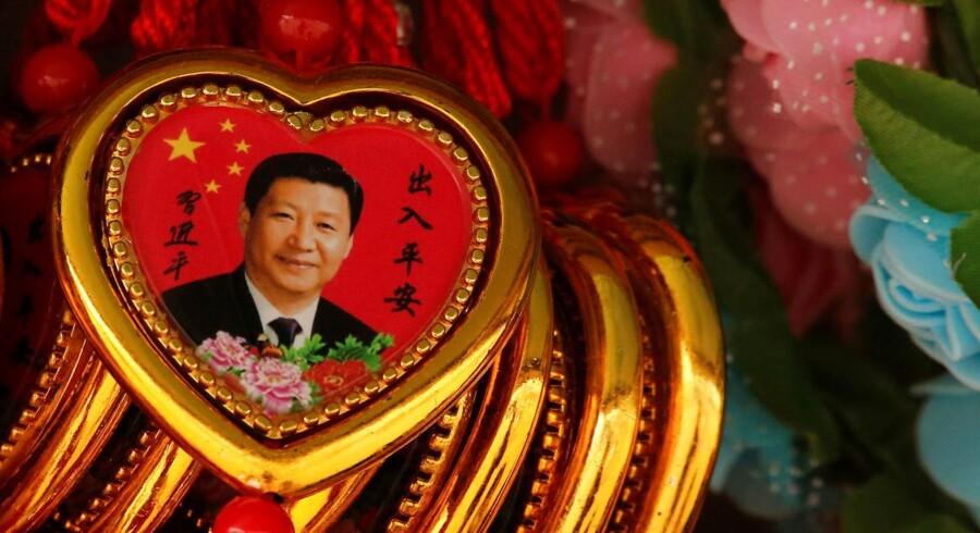 Souvenir-halskæder med billede af Xi Jinping.