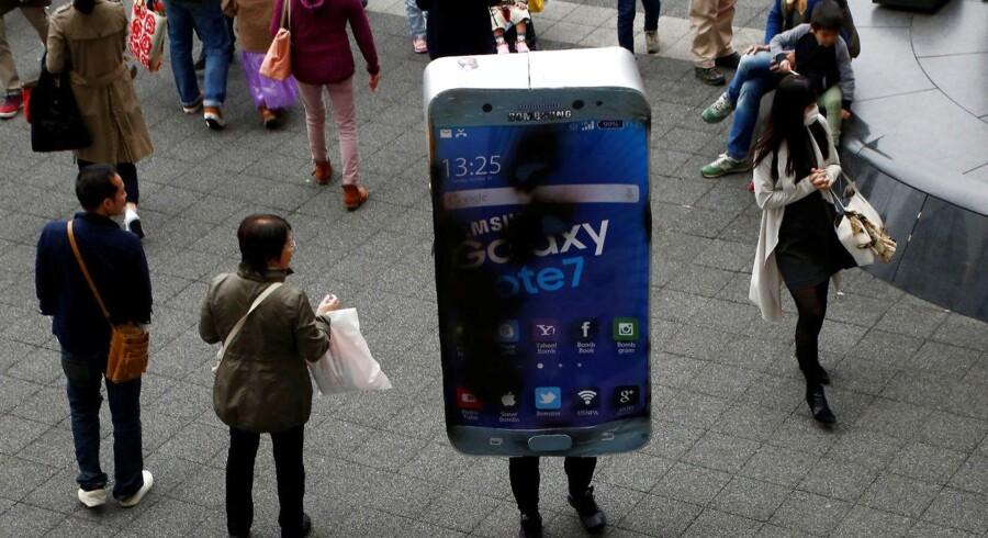 Problemerne med Galaxy Note 7-telefonerne blev efterhånden så groteske, at den eksploderende telefon også blev til udklædning, da der i oktober var Halloween-optog i Kawasaki syd for Tokyo. Arkivfoto: Kim Kyung-Hoon, Reuters/Scanpix