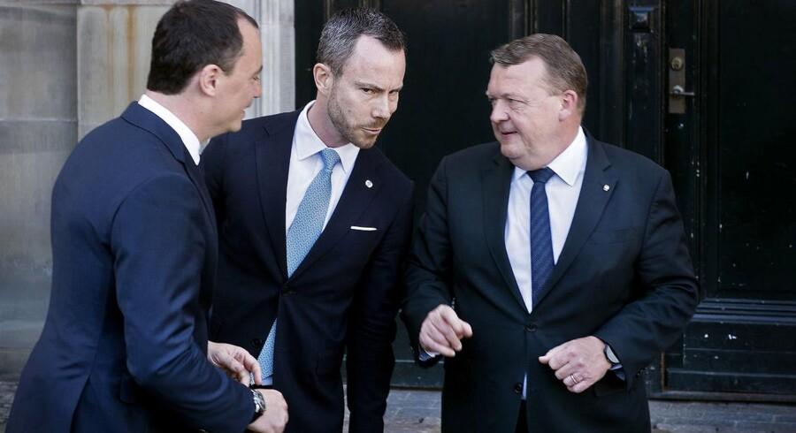 Tommy Ahlers, Jakob Ellemann-Jensen og Lars Løkke Rasmussen foran Christian XI's Palæ. Statsminister Lars Løkke Rasmussen (V) præsenterer nye ministre for dronningen på Amalienborg Slot, onsdag formiddag den 2. maj 2018.