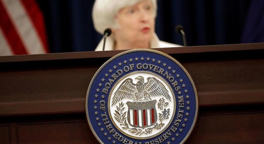 Dollar fastholder torsdag morgen sin svækkelse, efter at referatet fra det seneste rentemøde i den amerikanske centralbank viser splittelse i forhold til de fremtidige renteudsigter.