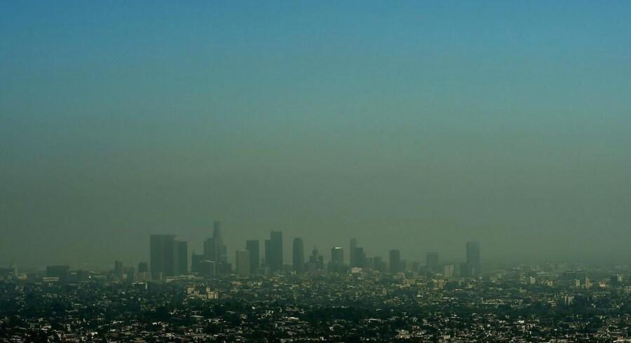 Et mindre fly styrtede mandag ned i to huse i et boligområde i Riverside omkring 85 kilometer sydøst for Los Angeles, der her ses på billedet. Arkivfoto.