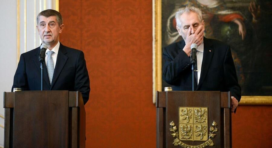Tjekkiets korruptionsanklagede premierminister Andrej Babis (tv.) kæmper for sit politiske liv. Tirsdag rakte præsident Milos Zeman (tv) ham en hjælpende hånd, der med al sandsynlighed vil vække vrede i det tjekkiske parlament.