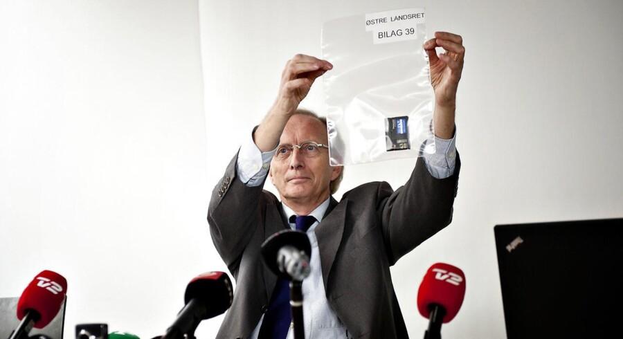 Arkivfoto: Irakere fra omstridt video stævner Danmark. Her ses advokat Christian Harlang fremvise det originale bånd med optagelser.