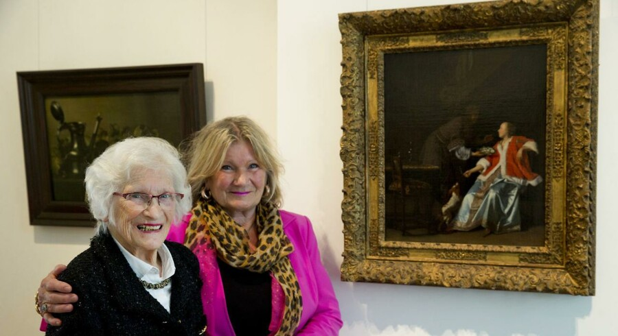 92-årige Charlotte Bischoff van Heemskerck (tv) sammen med sin datter Rudolphine og værket, som den gamle hollandske mester Jacob Ochtervelt (1624-1682) har lavet. (Scanpix /AP Photo/Peter Dejong)