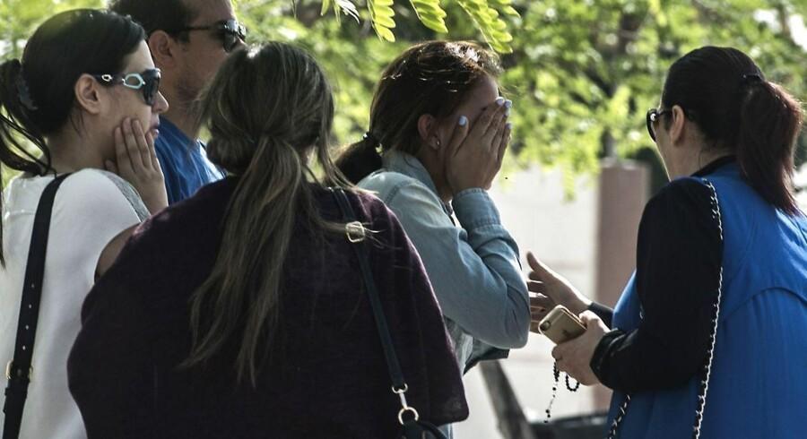 Pårørende til passagererne fra flyet, der forsvandt.