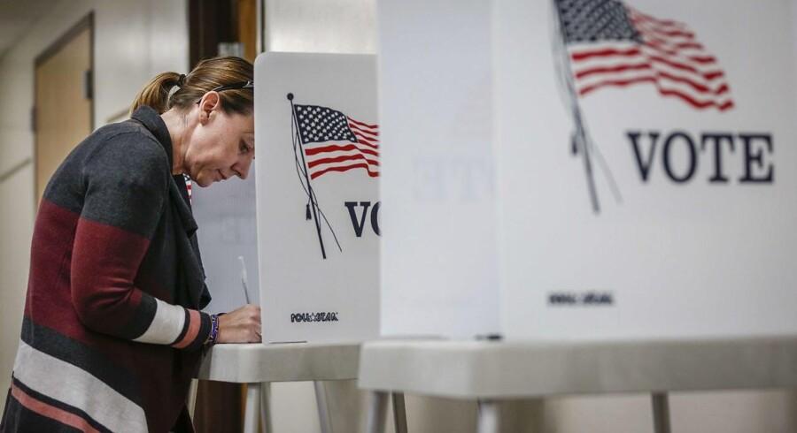 Kerry Hinton, 43 år fra Lakewood i Colorado udfylder sin stemmeseddel 8. november.