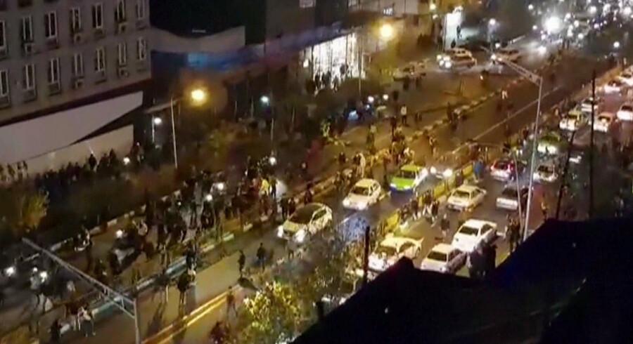 Billedet er udsendt af det iranske nyhedsbureau Mehr. Det viser angiveligt en gruppe demonstranter, der protesterer mod præstestyret. Scanpix/Handout