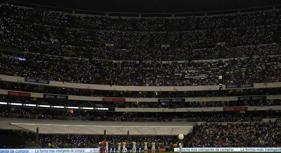 Lørdag blev der holdt et minuts tavshed inden en kamp på Azteca-stadium i Mexico City for de dræbte brasilianske fodboldspiller ved flystyrtet i Colombia. Fans stod stille i mørket og lyste med lightere eller mobiltelefoner under ceremonien.