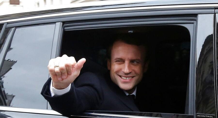 En sejrssikker Emmanuel Macron vinker fra sin bil på valgdagen. Macron er ifølge meningsmålingerne storfavorit til at vinde søndagens franske præsidentvalg. REUTERS/Jean-Paul Pelissier