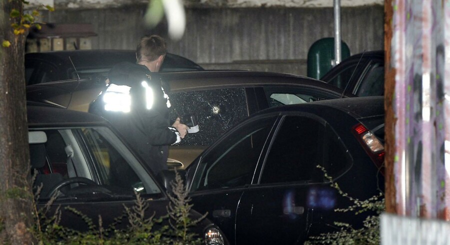 Kriminaltekniker ved en bil, der er blevet ramt af skud, fredag den 29. september 2017.