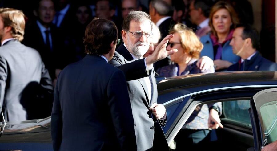 Under et besøg i Catalonien beder Rajoy catalanske virksomheder om at blive i regionen.