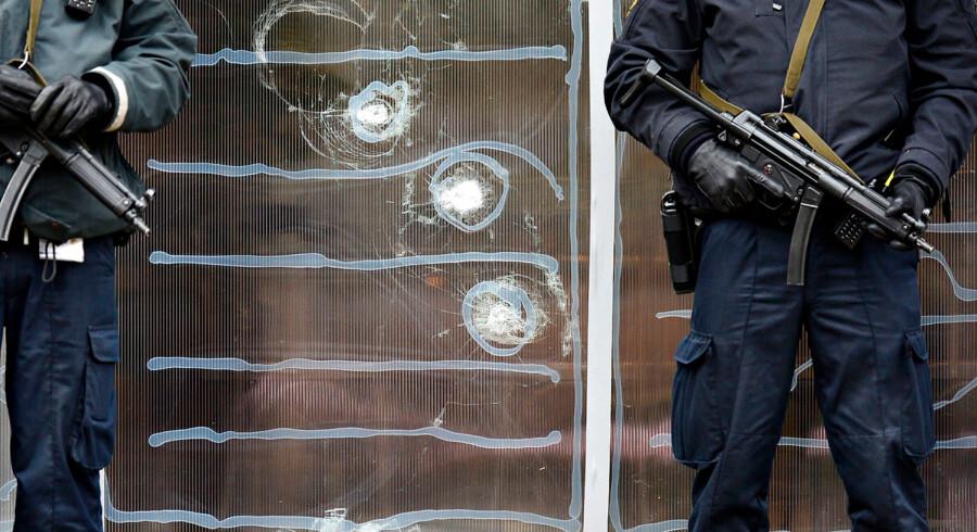 (ARKIV) Politiet der holder vagt foran Krudttønden d. 16. februar efter terrorangrebet på Østerbro i København d.14. februar. En film med navnet »Notat« vil forsøge at gengive hændelserne.