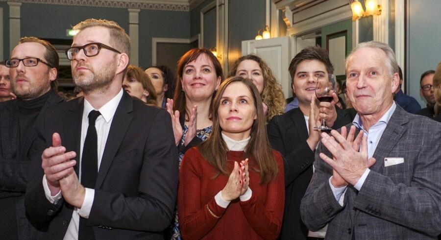 Det Grønne Venstreparti, der er anført af den 41-årige Katrin Jakobsdottir (i midten), er på forhånd spået gode chancer for at overtage statsministerposten. Reuters/Geirix/arkiv