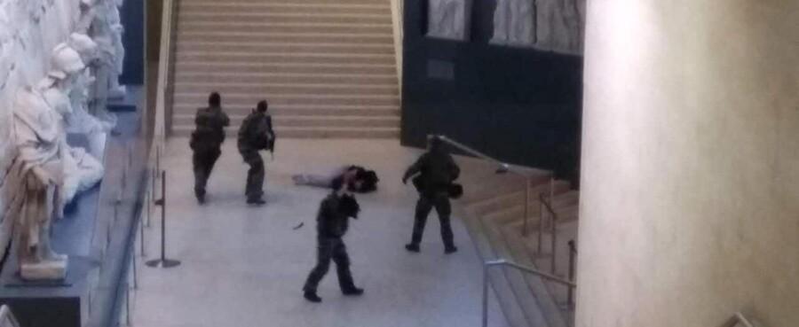 En koldblodig kinesisk turistguide tog kort efter fredag formiddags angreb på en gruppe franske soldater dette billede af den livsløse attentatmand. (Photo by Xinhua/Sipa USA)