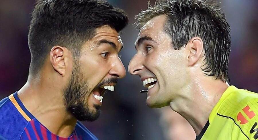 Lørdag mødes Real Madrid og Barcelona igen i fodboldens største klassiker, hvor de store følelser er i spil som her med Barcelonas Luis Suarez i diskussion med dommeren i denne sæsons første opgør mellem de to klubber. Foto:Lluis Gene/Scanpix