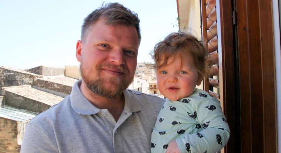 Esben Warming fotograferet med sønnen Eigil på ferie kort efter, at Esben Warming havde opdaget en sikkerhedsbrist i Frederiksberg Kommunes pladsanvisningssystem.
