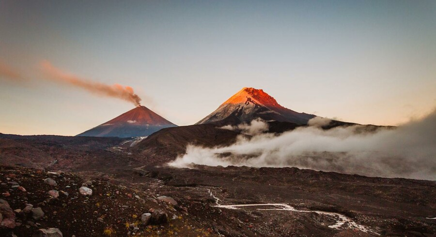 Vulkanen Kluchevskaya Sopka sprøjter aske op i en højde af syv kilometer. På fotoet ses vulkanen i en relativt rolig tilstand.