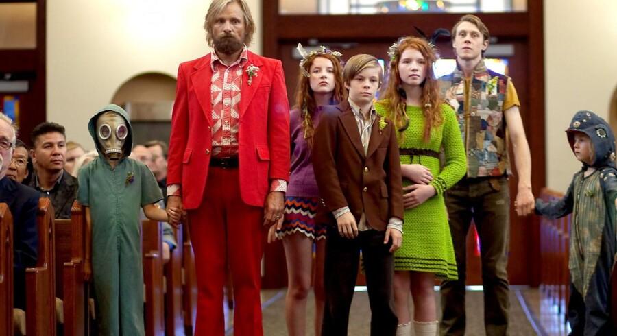 Viggo Mortensen sammen med børnene i filmen »Captain Fantastic« om en idealistisk far, der vender verden ryggen i sin opdragelse af børnene.