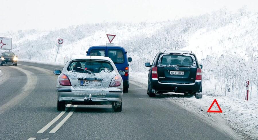 Temperaturer under frysepunktet gør det svært for biltrafikken. Her på vej ved Holbæk. (Foto: Claus Bech/Scanpix 2017)