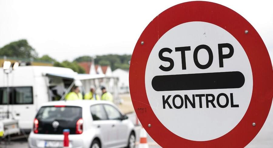 Der er ikke længere noget væsentligt asylpres på den danske grænse, og kræfterne skal nu samles om integrationen af de, der er ankommet, siger regeringen. Nye internationale regler gør det muligt at bruge ulandsmidlerne til formålet.