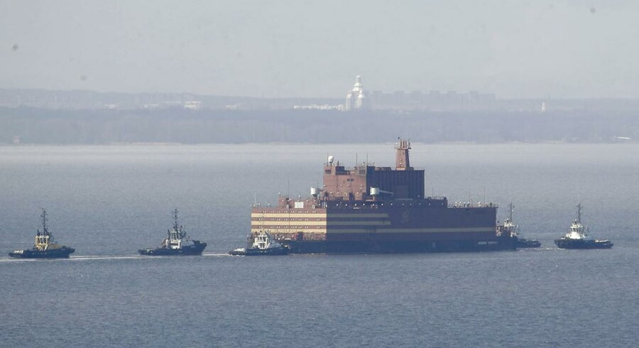 Imponerende så det ud, da det 144 meter lange flydende atomkraftværk »Akademik Lomonosov« lørdag morgen stævnede ud fra Sankt Petersborg ved hjælp af fem bugserbåde. Onsdag aften ventes det at ankomme til farvandet omkring Bornholm og dermed dansk område.