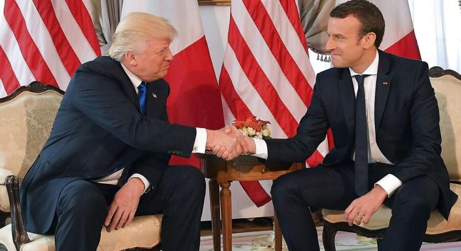 ARKIVFOTO: Donald Trump og Emmanuel Macron trykker hænder under et møde mellem de to præsidenter i maj 2017.