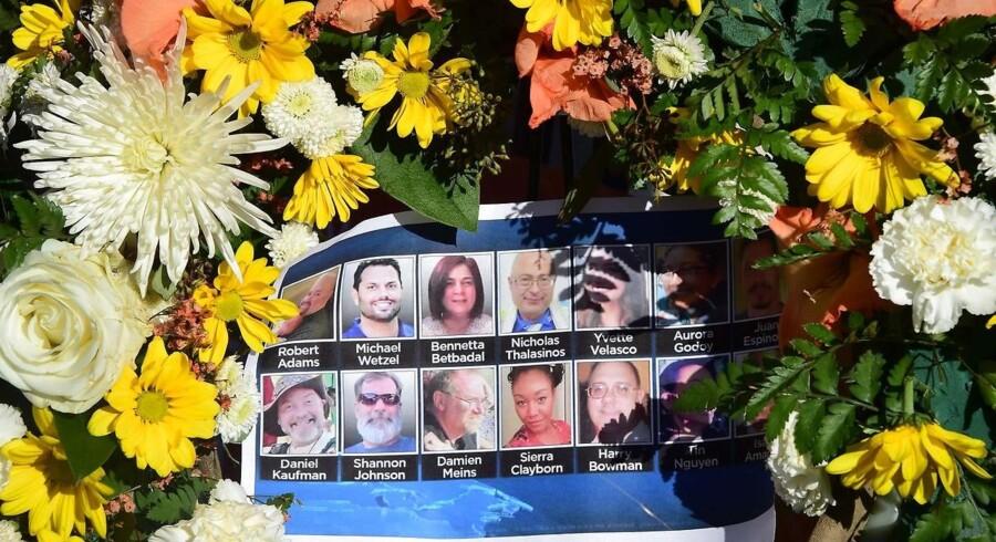 Arkivfoto: Mindeblomster for ofrene ved angrebeget ved angrebet i San Bernardino. / AFP PHOTO / FREDERIC J. BROWN