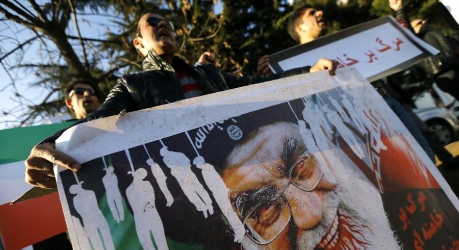 epa0641641 En mand holder et billede af Irans åndelige leder Ali Khamenei under en demonstration mod det iranske regime i Georgien den 4. januar. EPA/ZURAB KURTSIKIDZE