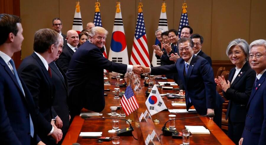 Præsident Donald Trump er tirsdag landet i Sydkorea tæt på den frontlinje, som er af afgørende betydning for USA: Det måske atombevæbnede Nordkorea. Her sammen med Sydkoreas præsident Moon Jae-in.